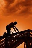 Stürmischer Sonnenuntergang auf Baustelle Stockbild