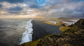 Stürmischer Tag auf dem schwarzen Sandstrand Stockfoto