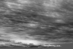 Stürmisches Wolken cloudscape dunkelgrauer bewölkter Tag Stockbilder