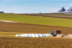 Strobalen op gebied in platteland worden geplaatst dat Landschap van grote gebied en weide Landbouw en oogst op Tsjechisch platte Royalty-vrije Stock Foto