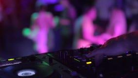 Strobeljus i den ljudsignal teknikern för nattklubb som kontrollerar nivåer som dansar folkmassan arkivfilmer