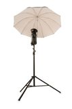 Stroboscopio dello studio con l'ombrello isolato sul bianco Immagini Stock Libere da Diritti