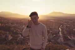 Strofinata teenager del ragazzo l'occhio davanti alla città di Prizren, il Kosovo dentro fotografie stock