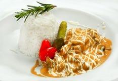 Stroganoff говядины с рисом Белая предпосылка стоковое изображение rf