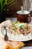 Stroganoff della carne di maiale con panna acida, verdi freschi ed i cetriolini tagliati Fotografia Stock