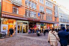 Stroget是步行者,汽车自由商店地区在哥本哈根,丹麦 免版税库存图片