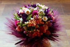 Stroh farbiger Blumenstrauß Stockfotografie