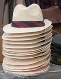 Stroh Fedoraart Hüte für Verkauf lizenzfreie stockfotografie