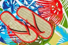 Stroh-Flipflops auf tropischer Matte Lizenzfreies Stockbild