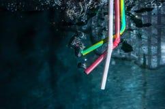 Stroh im tiefen Wasser Stockfotos