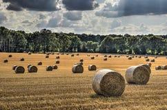Stroh rollt in Mittel-Frankreich stockbild