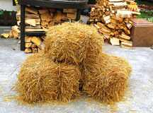 Stroh und Holz auf Asphalt Lizenzfreie Stockfotos