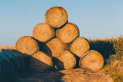 Strohballen auf Ackerland im Sonnenuntergang Lizenzfreie Stockbilder