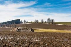 Strohballen und -düngemittel auf dem Landschaftsfeld Frühlingsfelder und -vorbereitung für die Landwirtschaft Typisches tschechis Lizenzfreie Stockbilder