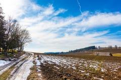 Strohballen und -düngemittel auf dem Landschaftsfeld Frühlingsfelder und -vorbereitung für die Landwirtschaft Typisches tschechis Stockbild