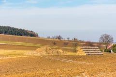 Strohballen und -düngemittel auf dem Landschaftsfeld Frühlingsfelder und -vorbereitung für die Landwirtschaft Typisches tschechis Lizenzfreie Stockfotos