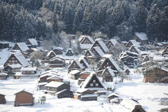 Strohdachhäuser bedeckt im Schnee Lizenzfreie Stockbilder