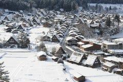 Strohdachhäuser bedeckt im Schnee Stockfoto