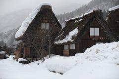 Strohdachhäuser bedeckt im Schnee im Winter Stockfotos
