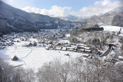 Strohdachhäuser bedeckt im Schnee im Winter Lizenzfreie Stockfotografie