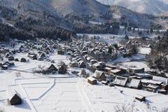 Strohdachhäuser bedeckt im Schnee im Winter Lizenzfreies Stockbild
