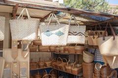 Strohhandtaschen für Verkauf Stockfotografie
