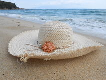 Strohhut auf dem Sand Stockfotos