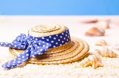 Strohhut auf dem Strand Stockbild