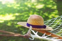 Strohhut auf einer Hängematte an einem sonnigen Sommertag Lizenzfreies Stockbild