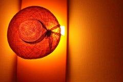 Strohhut auf Lampe Stockfoto