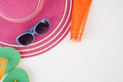 Strohhut, Lichtschutz, Pantoffel und Sonnenbrille auf weißem Hintergrund Sommerferienrückseite Lizenzfreie Stockfotografie