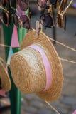 Strohhut mit einem rosa Band lizenzfreie stockfotos