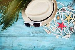 Strohhut, Sonnenbrille, Palmblätter, Seil, Muschel und Starfish auf Türkistischplatteansicht Sommerferien, Reise und Ferien stockfotografie