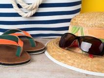 Strohhut, Sonnenbrille, Strandtasche und Pantoffel Stockbild