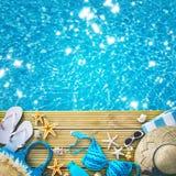 Strohhut, Sonnenbrille und anderes Strandzubehör lizenzfreies stockfoto