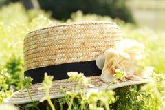 Strohhut und Blumengras lizenzfreies stockfoto