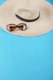 Strohhut und Sonnenbrille Stockfotos