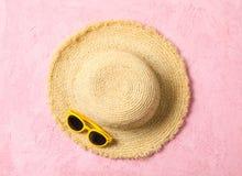 Strohhut und Sonnenbrille auf Farbhintergrund, Raum für Text und Draufsicht Krasnodar Gegend, Katya stockfotos