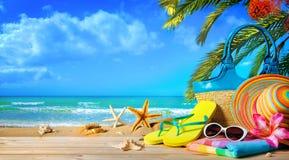 Strohhut und Sonnenbrille auf Strand Stockfoto