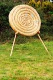 Strohkreis-Bogenschießenziel mit Pfeilen in ihm Stockbild