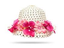 Strohoed met roze die bloem op witte achtergrond wordt geïsoleerd Mooie bloemenhoed royalty-vrije stock foto