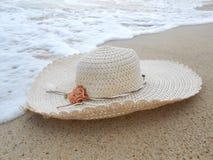 Strohoed op het zand Royalty-vrije Stock Afbeeldingen