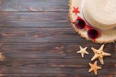 Strohoed, zonnebril en zeester op een donkere houten achtergrond hoogste de vakantieconcept van de meningszomer met exemplaarruim stock foto's