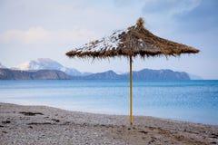 Strohregenschirm auf Strand Lizenzfreies Stockbild