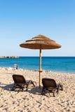 Strohregenschirm im Strand Stockfotos