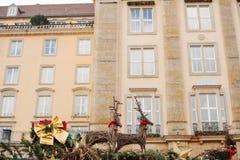 Strohrotwild Weihnachtsdekoration Feiern von Weihnachten in Europa Traditionelle Dekorationen von Dächern von Shops auf Stockfoto