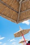 Strohsonnenschirm auf dem Strand Stockfotografie