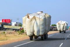 Strohtransport mit Traktor auf Landstraße lizenzfreies stockfoto