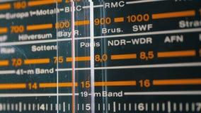 Strojeniowa analogowa skala retro radio z imionami miasta, radio stacje i częstotliwość, zbiory