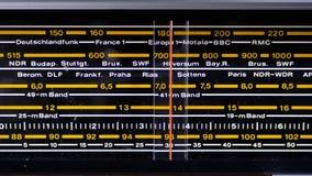 Strojeniowa analogowa skala retro radio z imionami miasta, radio stacje i częstotliwość, zdjęcie wideo